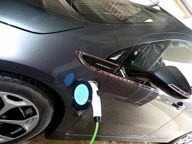 """Der blaue Sticker mit dem """"vernetzten Elektroauto"""" und Steckersymbol passt ideal auf Autos mit runden Ladedeckeln. Hier auf einem Opel Ampera aus dem Hohen Norden Deutschlands."""