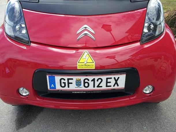 """roter C-Zero mit Sticker """"Achtung umweltfreundlich!"""""""