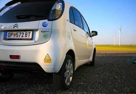 """Sehr schöne Aufnahme aus Österreich, die zeigt wie es sein soll: Elektromobilität und erneuerbare Energien im Einklang. Nix Atomkraft, nix Kohlekraftwerke - Wind, Sonne und Wasser sorgt für sauberen Vortrieb: """"Elektroauto - Achtung umweltfreundlich!"""" ;-)"""