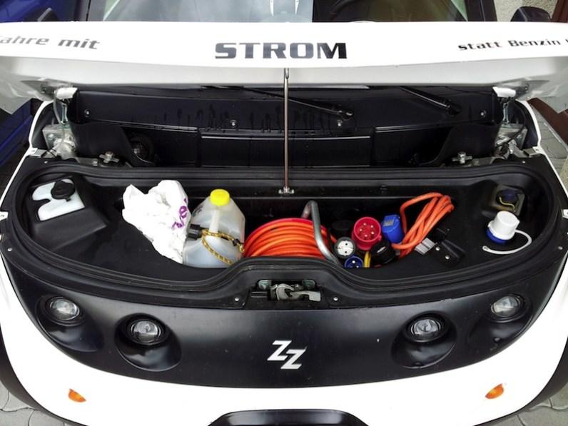 Ungewöhnlich: Minikofferraum hinten und vorne - aber praktisch für Ladekaberl und Adapter