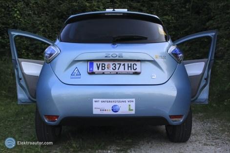 Als Designer der Elektroauto-Entwarn-Sticker kann es natürlich nicht sein, dass auf meinem ZOE nicht auch welche drauf kleben. {:-)