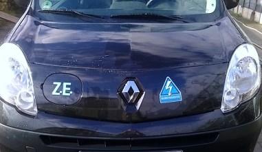 """Als Spiegelbild zum Z.E.-Aufkleber von Renault - der """"Achtung ansteckend""""-Sticker. Zu diesem Kangoo gibt es übrigens einen Testbericht: https://elektroautor.com/renault-kangoo-z-e/"""