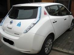 """Hier wurden die Sticker auf dünner Magnetfolie aufgeklebt und dann auf die Karosserie """"gepappt"""". Praktisch, dann kann man immer wieder mal die Position wechseln - nur gut, dass die Elektroautos nicht nur aus Plastik sind. ;-)"""