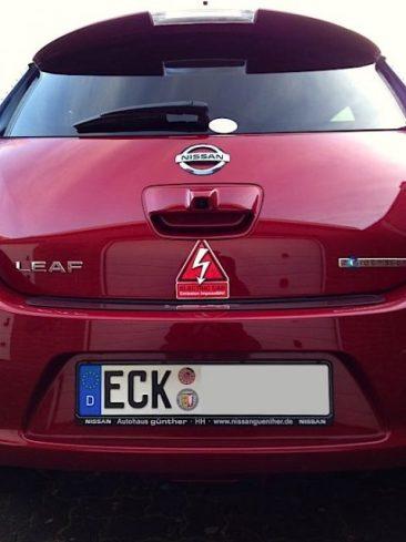 """Ganz frisch zugelassener Nissan Leaf (Jänner 2014) mit Emission-Impossible-Sticker. Mehr Infos zu Christophs """"Roten Blitz"""" gibt's hier: http://www.goingelectric.de/garage/29bdes-RoterBlitz/161/"""