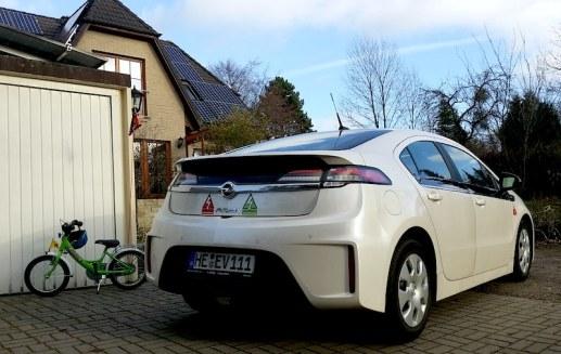 Opel Ampera, Photovoltaik am Dach und Fahrrad - eine schöne nachhaltige Kombination. {:-)