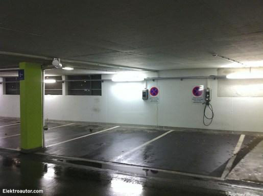 Die Smatrics Ladestation in Kufstein ist mitten im Zentrum in der Tiefgarage eines Einkaufszentrums. Es gibt 2 x Typ2 mit je 22 kW, einmal mit fixem Kabel (sehr praktisch), einmal mit Steckdose.