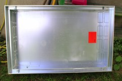 Der Verteilerschrank wird natürlich hochkantig montiert und wird dann mit Regenrinne und Dichtungen wetterfest gemacht.