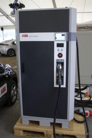 Die Schnellladestation von ABB mit 50 kW lädt z.B. einen Nissan Leaf so schnell wieder auf, dass man dem Ladezustandsbalken richtig zusehen kann. In ca. 20 - 30 min. ist damit ein E-Auto wieder zu 80 % voll geladen. Wirklich praktisch.
