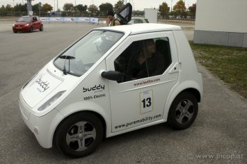 Klein, kompakt und doch schon ein Elektroauto. Auch wenn solche Mini-Flitzer seine Anhänger haben mögen, bin ich froh, dass die künftigen Elektroautos, immer mehr den PKW-Kunden anvisieren.