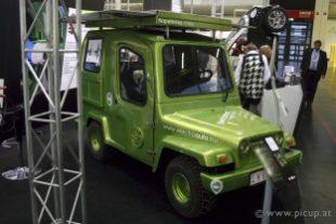 Ungarische Interpretation eines Gelände-Elektroautos mit aufklappbaren Photovoltaikmodulen am Dach