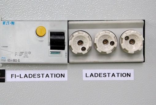"""Der für Personenschutz vorgeschriebene FI-Schutzschalter mit 0,03 A sichert die Ladestation in einem eigenen Stromkreis ab (dringend empfohlen!). Laut meinem Elektriker sollte dieser auch mit dem FI-Schutzschalter Typ B (in der crOhm Ladestation eingebaut) kompatibel sein und diesen nicht """"blind"""" machen, wie oft fälschlicherweise bei 2 aufeinander folgenden FI vermutet wird."""