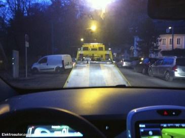 Das liebgewonnene Elektroauto auf den Abschleppdienst hinauf zu fahren ist weniger ein gutes Gefühl.