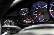 Fahrzeugbereitschaft und Leistung bzw. Rekuperation wird hier angezeigt