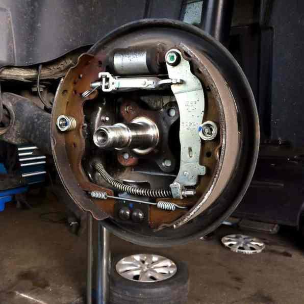 Hintere Trommelbremse des Renault ZOE im geöffneten Zustand Foto: Elektroautor.com