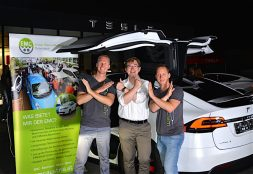 """Christian Fries (links), Geschäftsführer von ecar-rent mit Bernhard Kern (Mitte), Präsident des EMC mit dem """"Model X-Gruß. Foto: Bernhard Kern / EMC"""