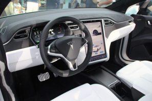 """Sehr schönes klares Cockpit mit dem vom Model S bekannten 17"""" Touchscreen. Foto: Volker Adamietz / Elektroautor.com"""
