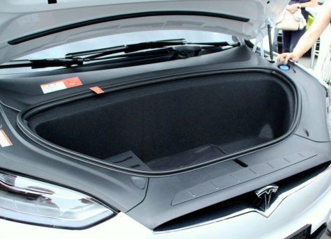 So schaut der Frunk vom Model X aus. So mancher Pkw hat sogar einen kleineren Kofferraum. Foto: Volker Adamietz / Elektroautor.com