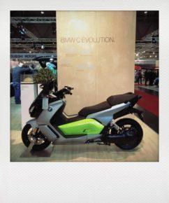 BMW zeigt den i3 mit gro?ßerer Reichweite (300 km) und den u?berarbeiteten E-Roller C Evolution mit ebenfalls erweiterter Reich- weite von bis zu 160 km.