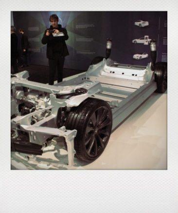 ...und die Batterien sind bei Tesla geschickt im Boden des Fahrzeugs untergebracht.