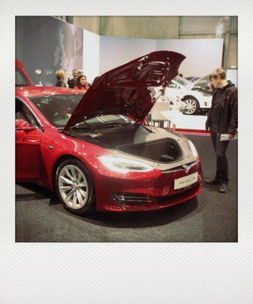Das schafft Platz und ein super Fahrverhalten. Hier das Model S mit Allrad.
