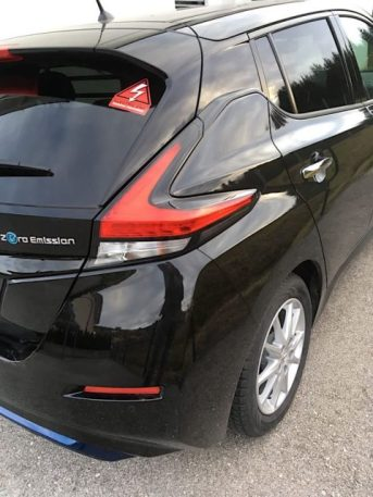 Nissan Leaf Heck mit Aufkleber Emission impossible
