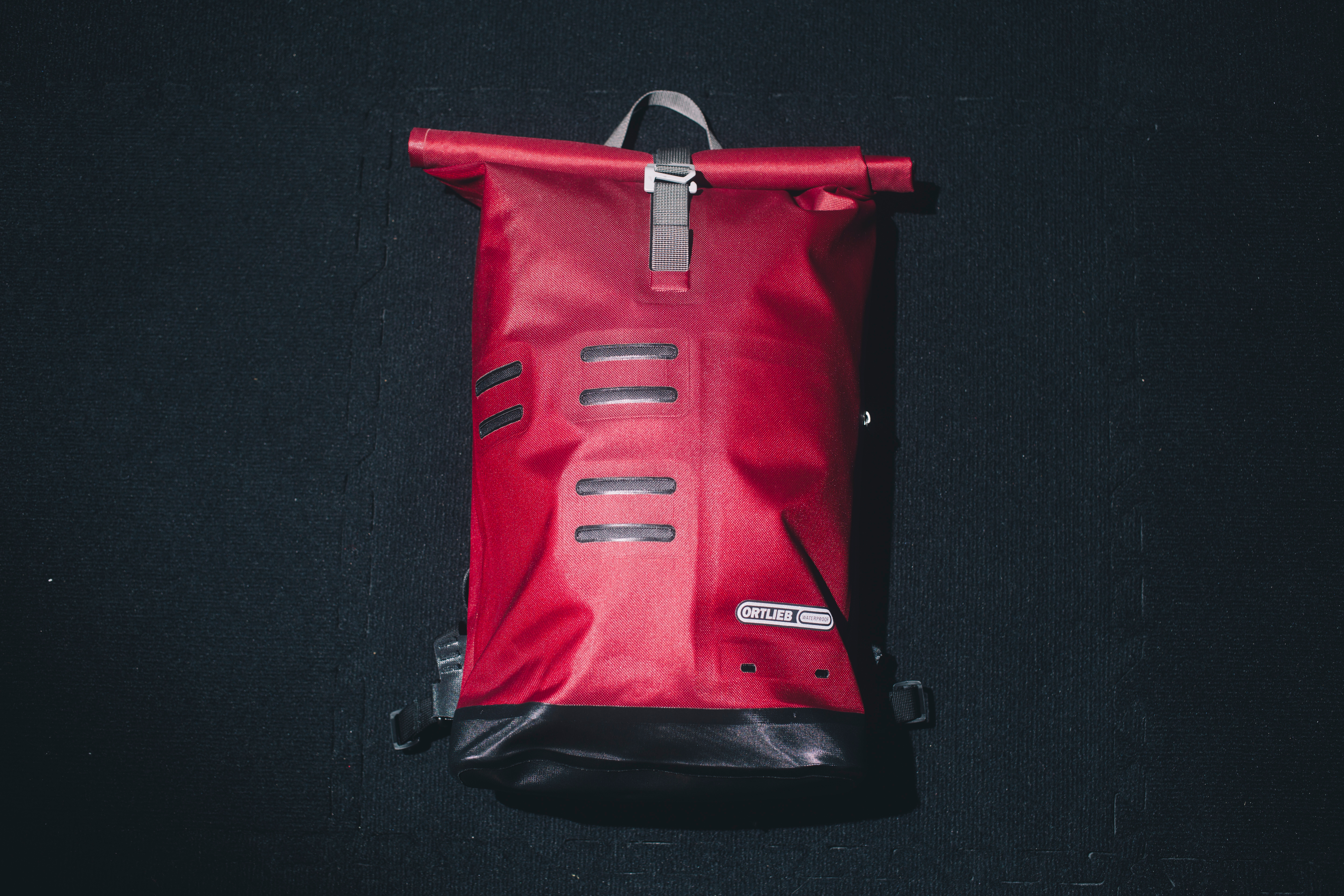 Ortlieb's Urban day pack: It doesn't have a gazillion pockets with fancy theatrical names on them but what you get is a minimalist yet highly functional design for your daily commute. Plus, it's made in Germany. Photo: Stephen Lam/Element.ly