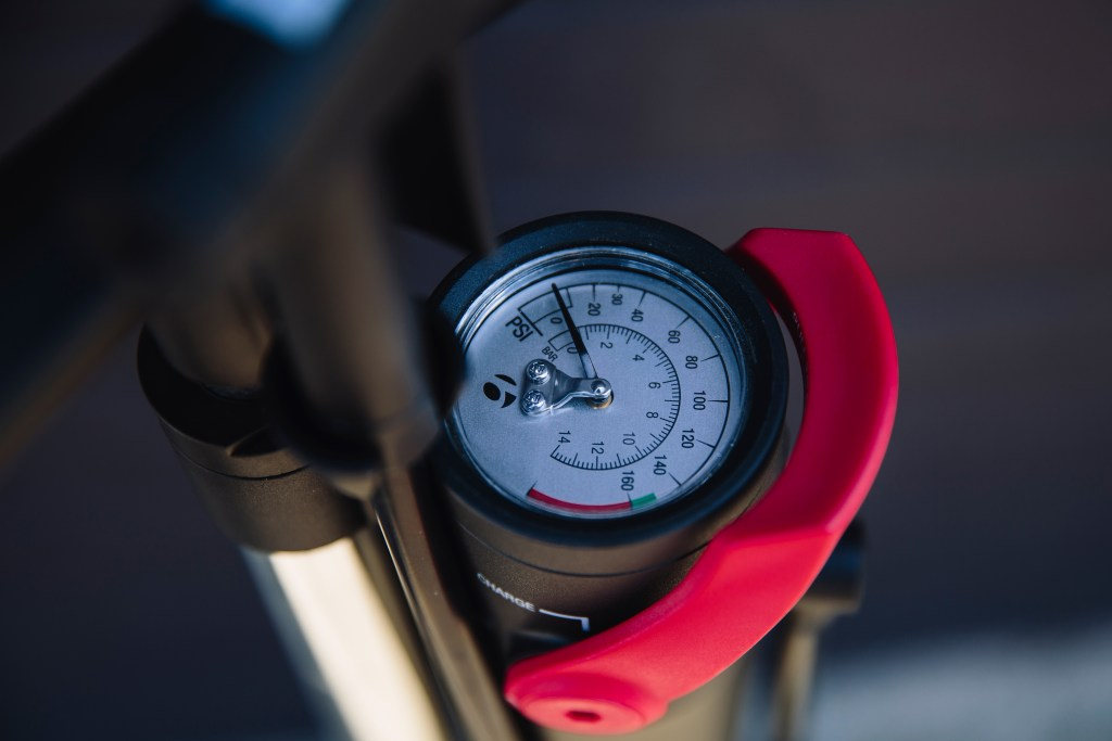 We wish the PSI gauge have more markers for more precise reading. Photo: Stephen Lam/ Element.ly