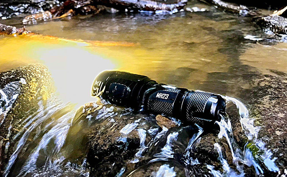 Nitecore MH23 vízben