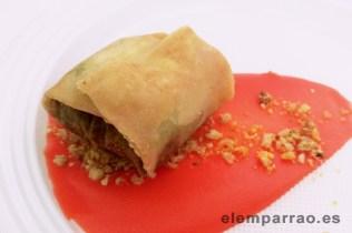 Crujiente de cordero y vino tinto manchego sobre cremosos de patata y tierra crujiente