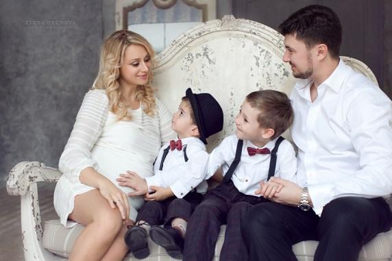 Семейная фотосессия беременной с детьми и мужем
