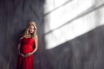 Фотосъемка беременной в красивой студии