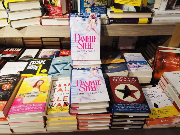 """Romanzo """"Come una favola"""" di Danielle Steel esposto in libreria"""