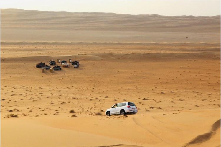 Immagine di un fuoristrada che raggiunge accampamento nel deserto dell'Oman