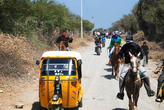 In Oaxaca, a caravan of activists arrives to support those resisting the construction of the wind farm, in the face of more than 500 policemen attempting to take control of the territory. (Photo: Santiago Navarro F.)