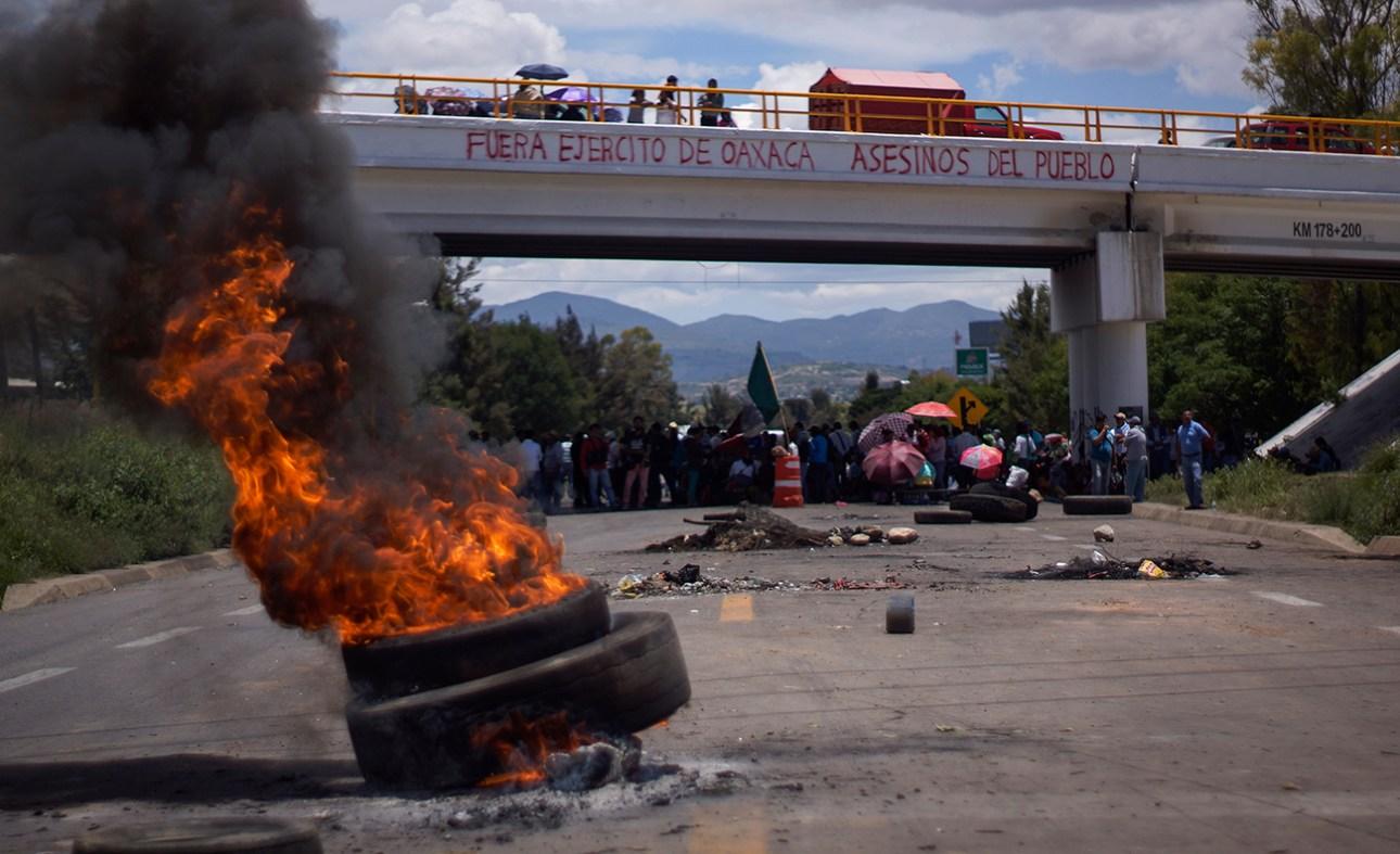 """Día 11 del bloqueo de Nochixtlán. """"Ejército fuera de Oaxaca. Asesinos del pueblo""""."""