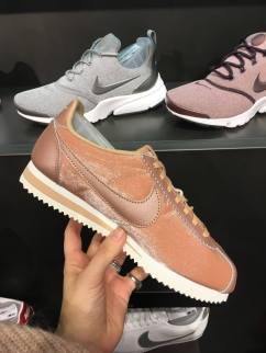 eleonora-milano-black-friday-oriocenter-scarpe-cortez-rosa-profili-in-raso-super-fashion-nike