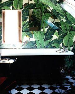 Banana leaf + checkered floor bathroom - roomed.nl
