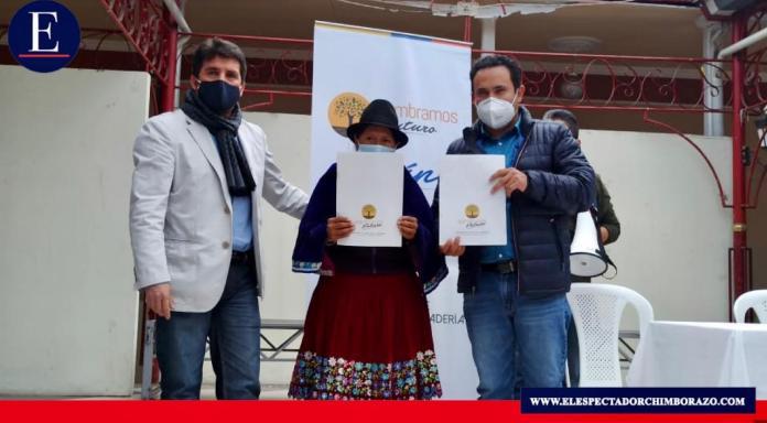 El Ministerio de Agricultura y Ganadería con su proyecto Sembramos Futuro hizo la entrega de 250 escrituras en el cantón Alausí. Foto: MAG.