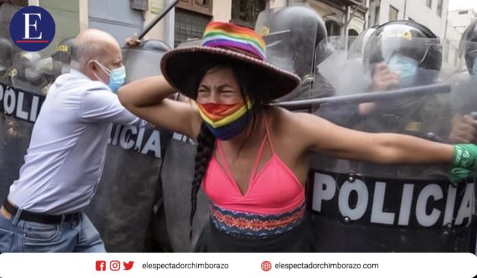 Gahela Cari, primera mujer trans indígena candidata al Congreso de Perú, en manifestaciones en Lima. Edgar Romero G. / RT News.