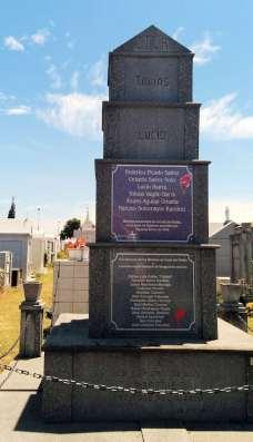 Mausoleo dedicado a la memoria de los mártires asesinados en Codo del Diablo en el cementerio de obreros.