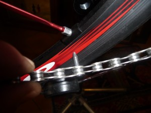 Nell'immagine il rinforced pin Shimano; la parte in eccesso va rimossa