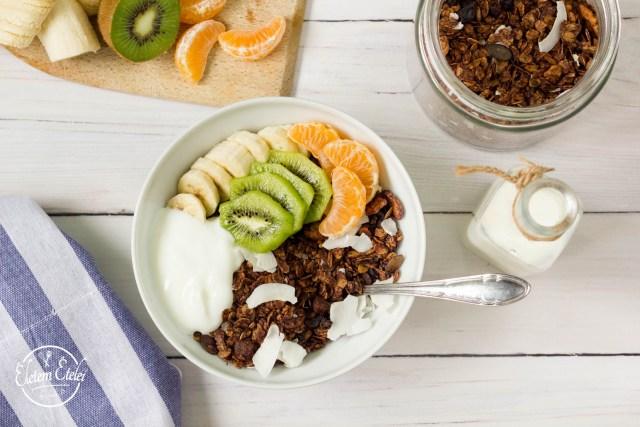 Kakaós granola joghurt gyümölcs