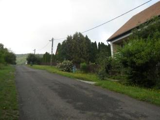Utcarészlet a ház elől balra