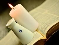 Evangelio apc Biblia con vela y salero