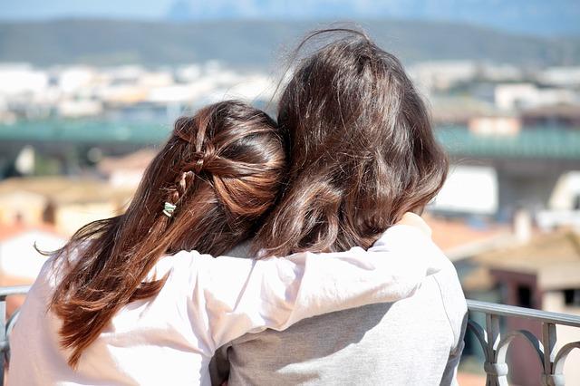 Evangelio apc Chicas abrazadas