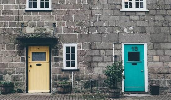 Evangelio apc casa con dos puertas de colores