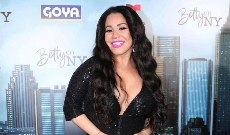 Carolina Sandoval olvidó que no llevaba brasier y sus pechos casi quedaron al descubierto 😯🤭