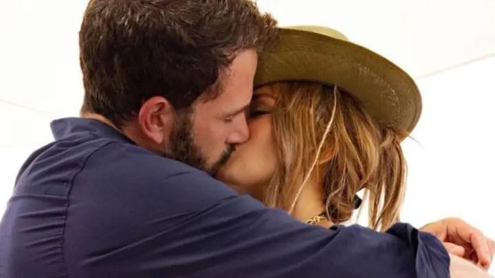 La portada de revista de Ben Affleck y Jennifer López refleja accidentalmente a Gone Girl