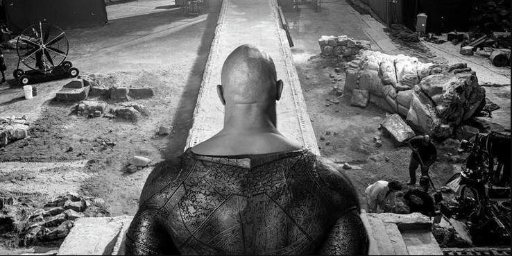 ¿Por qué el traje de Black Adam de Dwayne Johnson no tiene relleno?