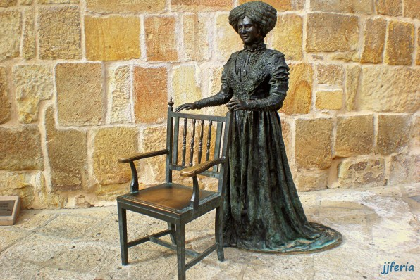 Escultura de Leonor Izquierdo en la Plaza Mayor de Soria junto a la puerta de la Iglesia de Santa María la Mayor donde se casó con el poeta.